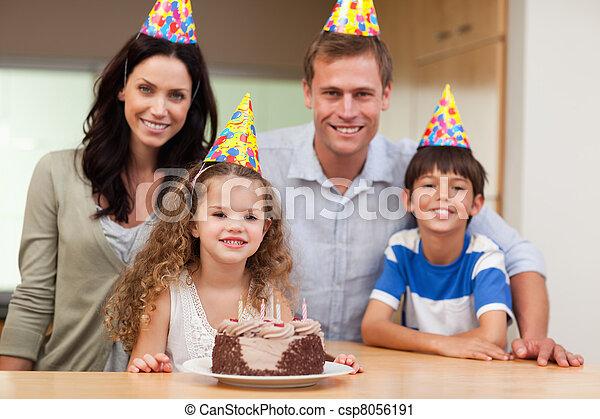 Familia feliz celebrando el cumpleaños - csp8056191