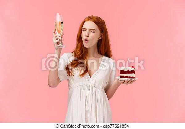 cumpleaños, ojos, paz, diversión, gritos, despreocupado, fiesta, vidrio, pastel, bebida, adulto, vuelta, cierre, divertido, champaña, b-day, diversión, rosa, alcohol, ella, teniendo, tenencia, levantar, niña, plano de fondo, feliz - csp77521854