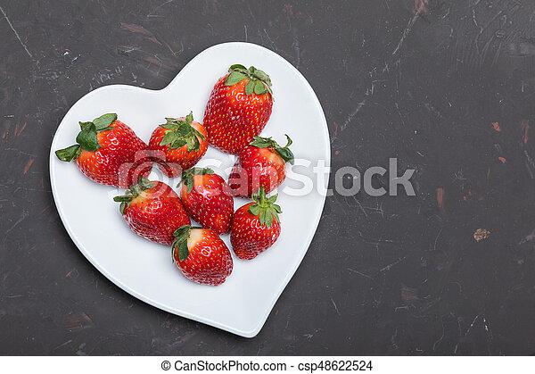 cuore, concetto, piastra, modellato, cima, tabletop, fragole, nero, fresco, bianco, bacche, rosso, vista - csp48622524