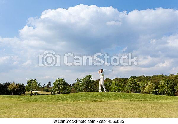 Hombre jugando al golf en el campo - csp14566835