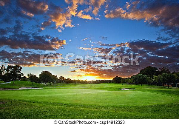 Campo de golf atardecer - csp14912323