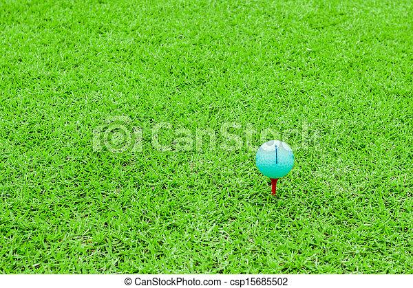 Bola de golf en un terreno verde - csp15685502
