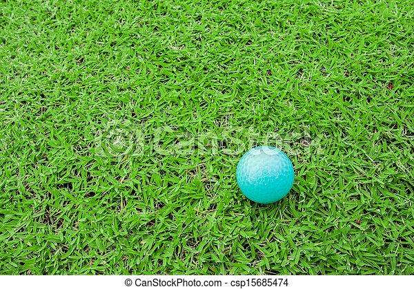Bola de golf en un tee en campo de hierba verde - csp15685474