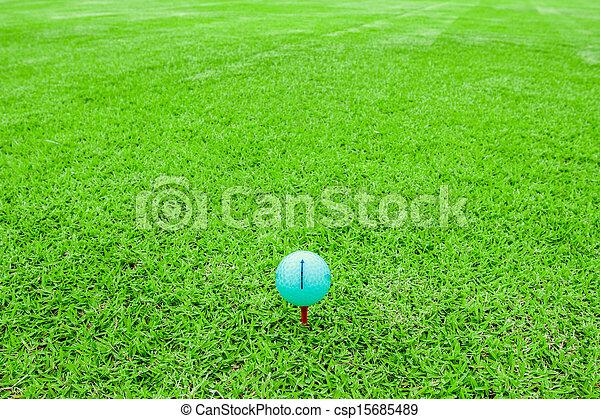 Bola de golf en un terreno verde - csp15685489