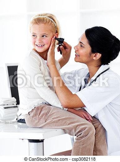 cute, pequeno, médico, assistindo, exame, menina - csp3082118