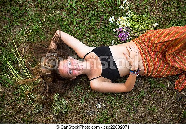 cute, seu, dela, na moda, topo, costas, baixo, cabelo, capim, vista., menina, mentindo - csp22032071