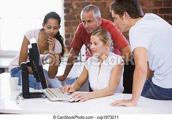 cztery, biurowa przestrzeń, businesspeople, patrząc, komputer, uśmiechanie się - csp1873211