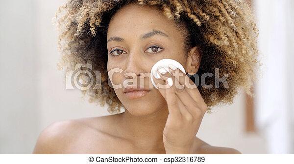 czyszcząca kobieta, młody, skóra - csp32316789