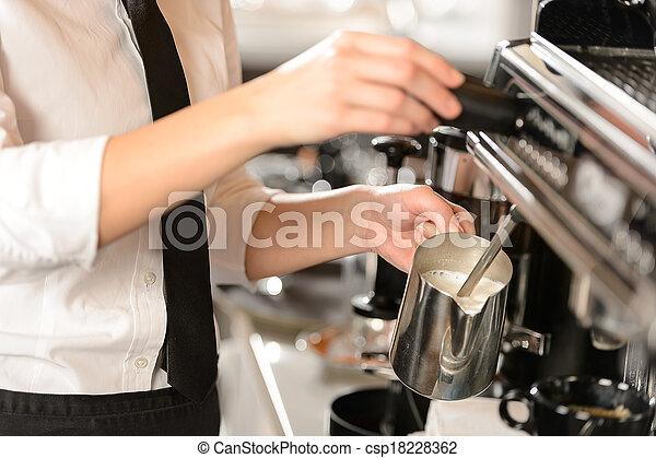 dämpfen, heiß, cappuccino, barista, milch - csp18228362