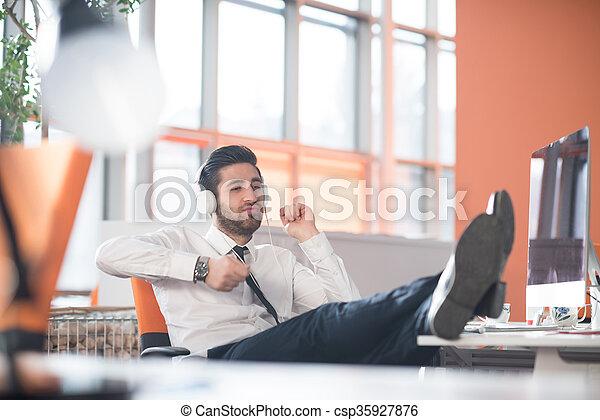 Homme d affaires restant dans le bureau moderne dans le centre d