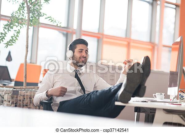 Décontracté homme bureau business jeune. homme moderne bureau