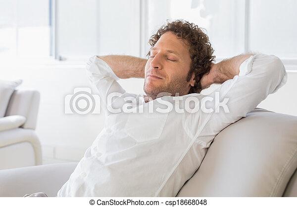 décontracté, maison, mains, tête, derrière, séance homme - csp18668048