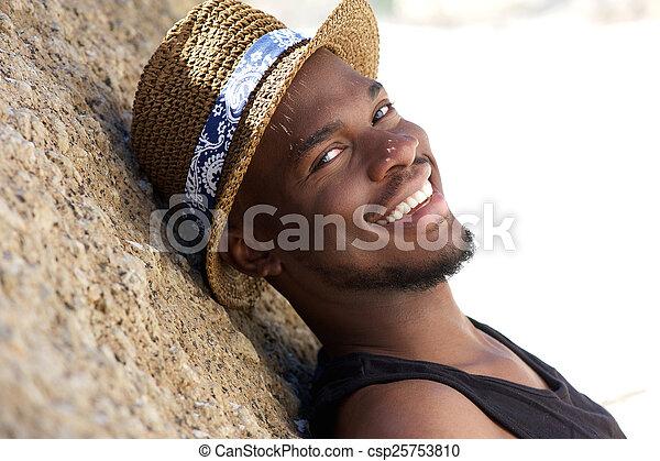 délassant, jeune, dehors, sourire, chapeau, homme - csp25753810