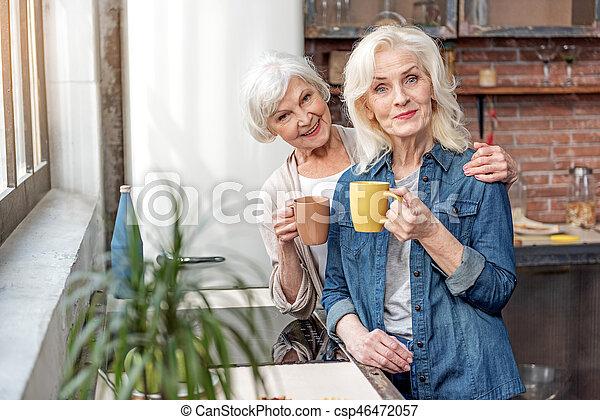 délassant, tasse, boisson chaude, femmes aînées, heureux - csp46472057