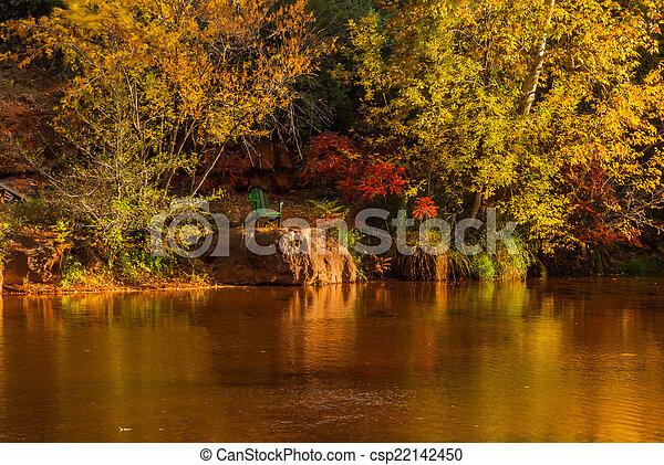 Sedona foliage en un día nublado de otoño - csp22142450