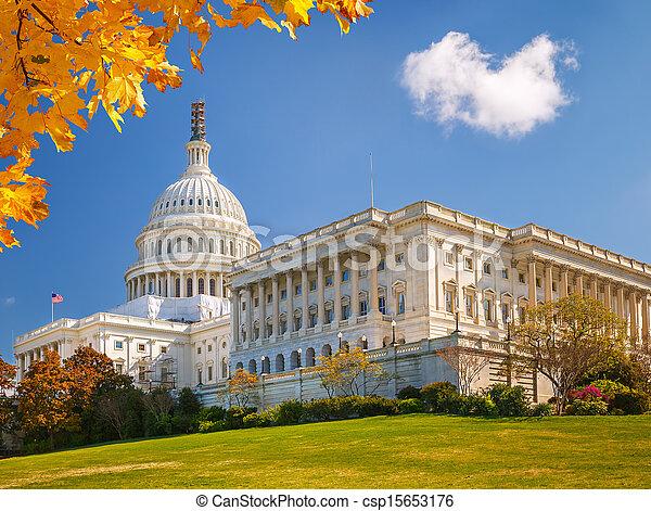 El Capitolio de EE.UU. en el día soleado - csp15653176