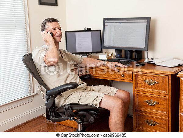 daheim, älterer mann, buero, arbeitende  - csp9969485