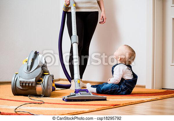 Daheim Kind Putzen Mutter Frau Zimmer Boden Sitzen Auf