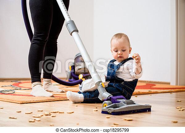 Daheim Kind Putzen Mutter Alle Frau Ungefahr Boden Sitzen