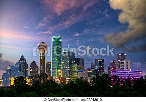 Dallas bei Sonnenuntergang - csp23248610