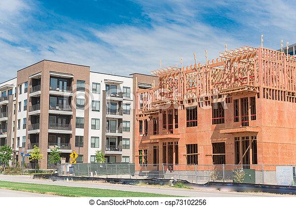 Un barrio urbano de lujo con condominios completos y en construcción cerca de Dallas - csp73102256