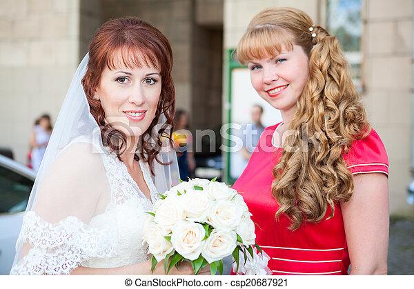 Feliz novia sonriente con dama de honor - csp20687921
