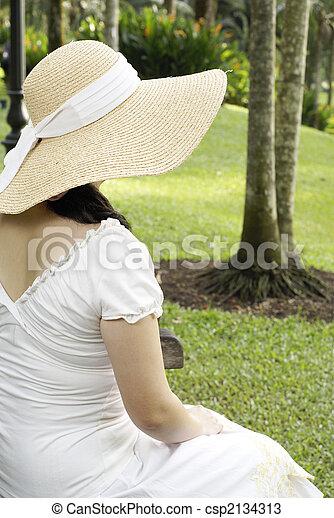 Señora sentada en el jardín - csp2134313