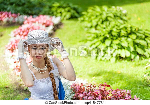 Una joven en el jardín - csp41547784