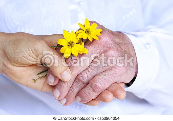 dames, &, jeune, tenant mains, personne agee - csp8984854