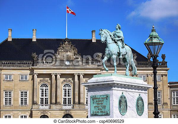 danemark, palais amalienborg, copenhague - csp40696529