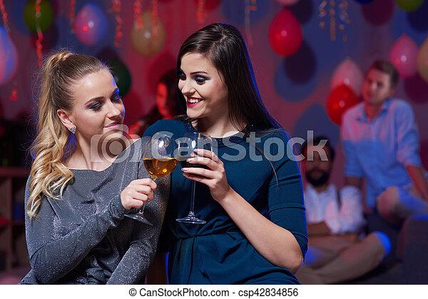 Danse, verre, tenue, pendant, boire, femmes images de stock ...