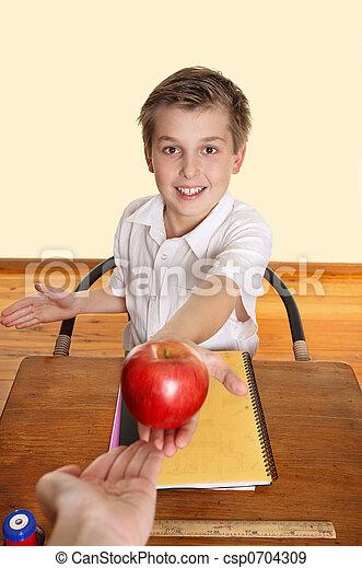 Estudiante dándole una manzana a la maestra. Un colegial ...