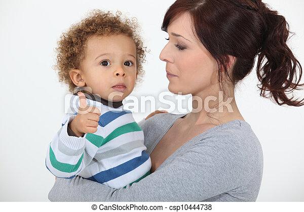 Un niño dando los pulgares - csp10444738