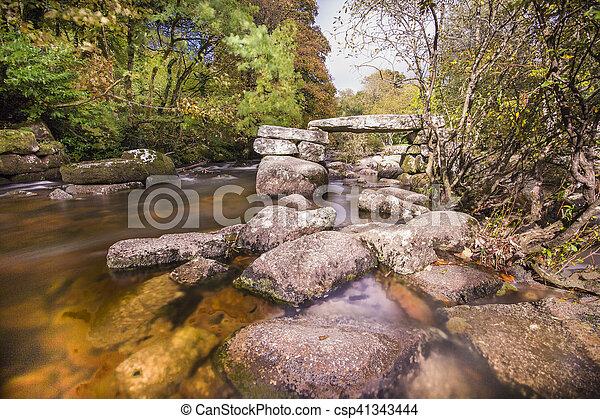 El puente Dartmoor clapper sobre el río - csp41343444