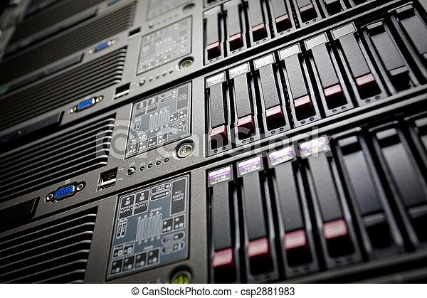Los sirvientes se apilan con discos duros en un centro de datos - csp2881983