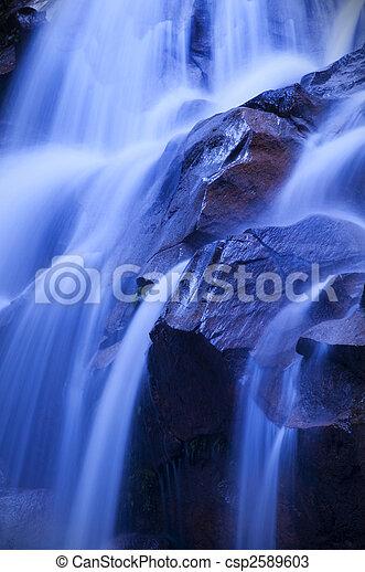 Una cascada al amanecer. - csp2589603