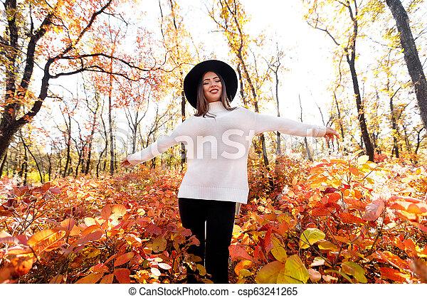 day., femme, ensoleillé, parc, automne, amusement, avoir, heureux - csp63241265