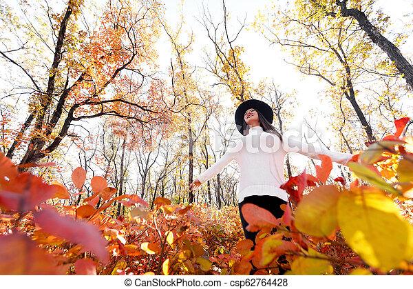 day., femme, ensoleillé, parc, automne, amusement, avoir, heureux - csp62764428