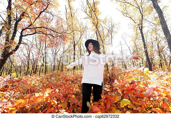 day., femme, ensoleillé, parc, automne, amusement, avoir, heureux - csp62972332