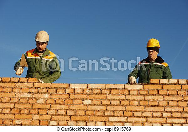 de arbeider van de bouw, bricklayers, metselaar - csp18915769