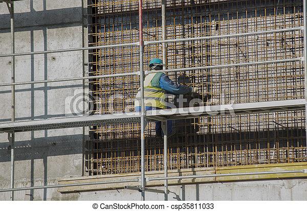 de arbeider van de bouw - csp35811033