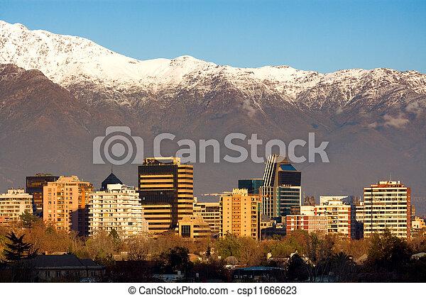 Skyline del distrito de Providencia en Santiago de Chile con las montañas de Andes en el fondo. Este es un distrito residencial y comercial rico de la ciudad. - csp11666623