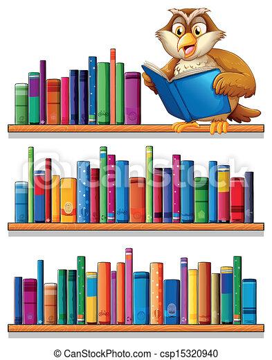 Un búho sobre las estanterías de madera con libros - csp15320940
