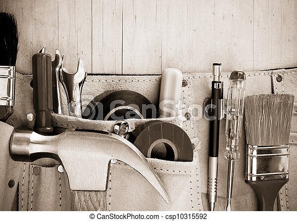 Herramientas en cinturón de construcción en antecedentes de madera - csp10315592