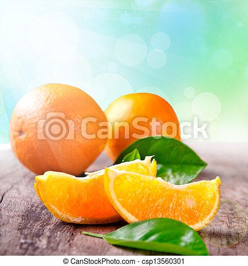 Recién cosechadas naranjas en un fondo de madera - csp13560301