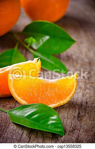 Recién cosechadas naranjas en un fondo de madera - csp13558325