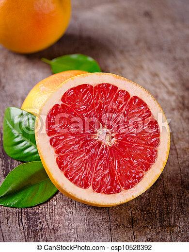 Fruta recién cosechada en madera - csp10528392