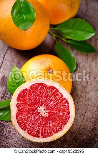 Fruta recién cosechada en madera - csp10528395