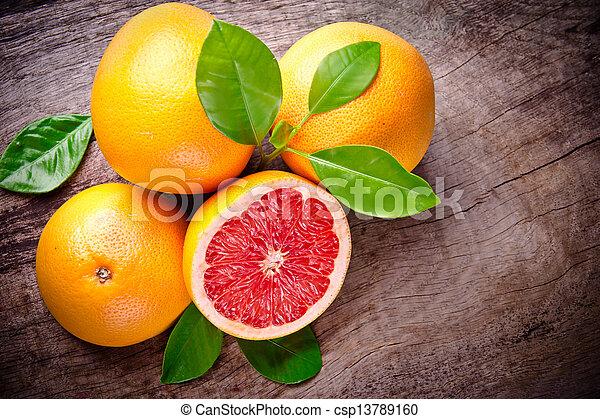 Fruta recién cosechada en madera - csp13789160
