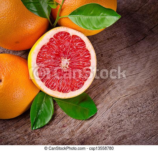 Fruta recién cosechada en madera - csp13558780